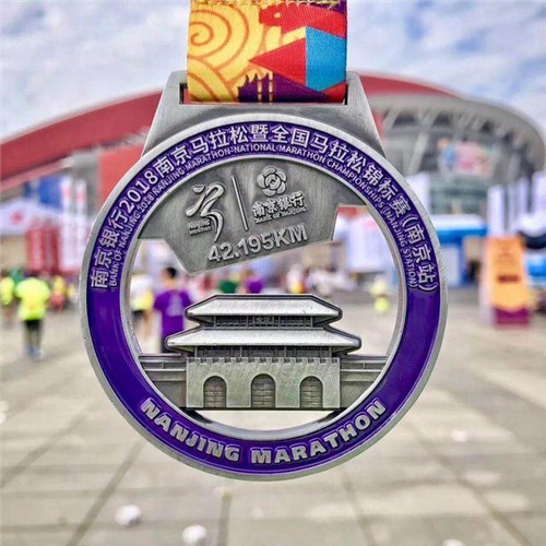 Such a beautiful marathon medal, do you want it?